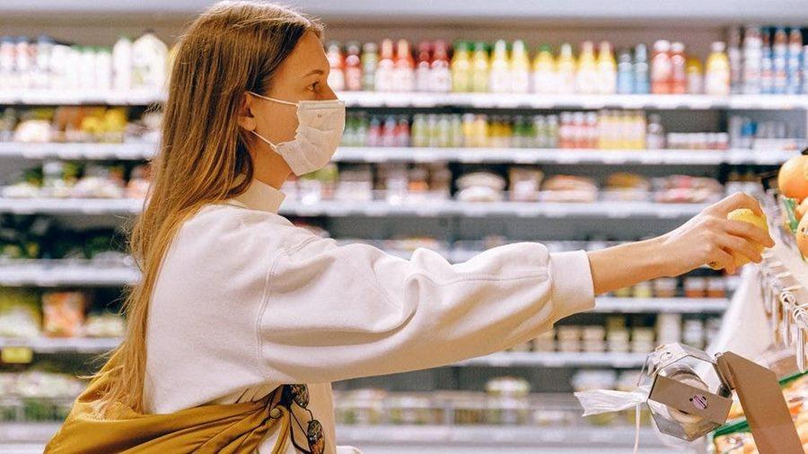 Seorang wnaita yang sedang menggunakan masker kesehatan.