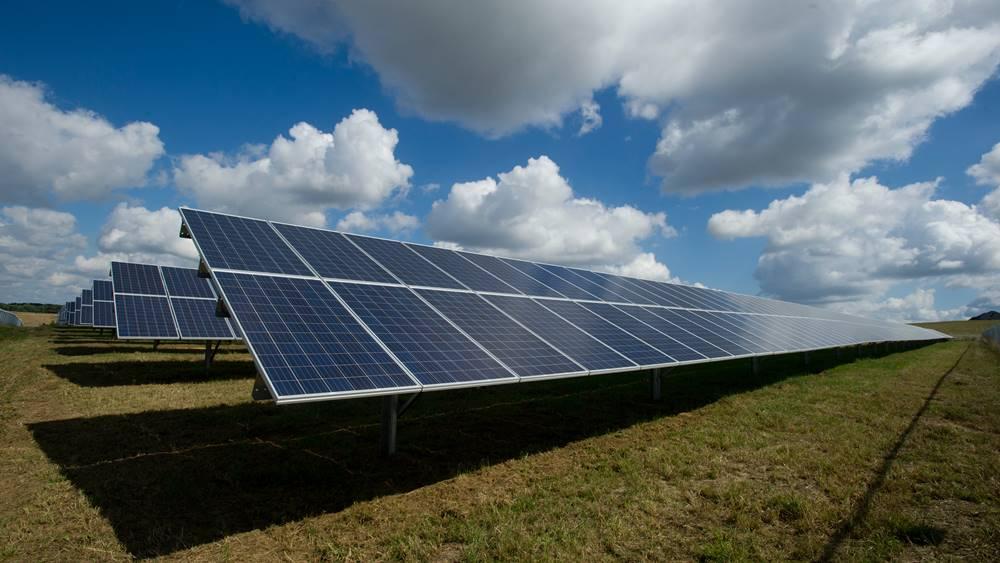 Panel surya, salah satu bisnis emiten saham TGRA.