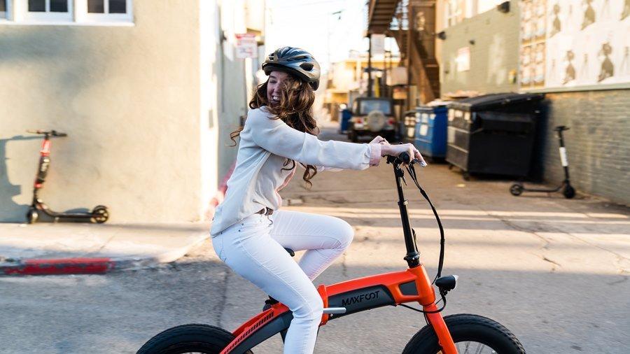 Seorang anak perempuan yang sedang mengendarai sepeda seli.