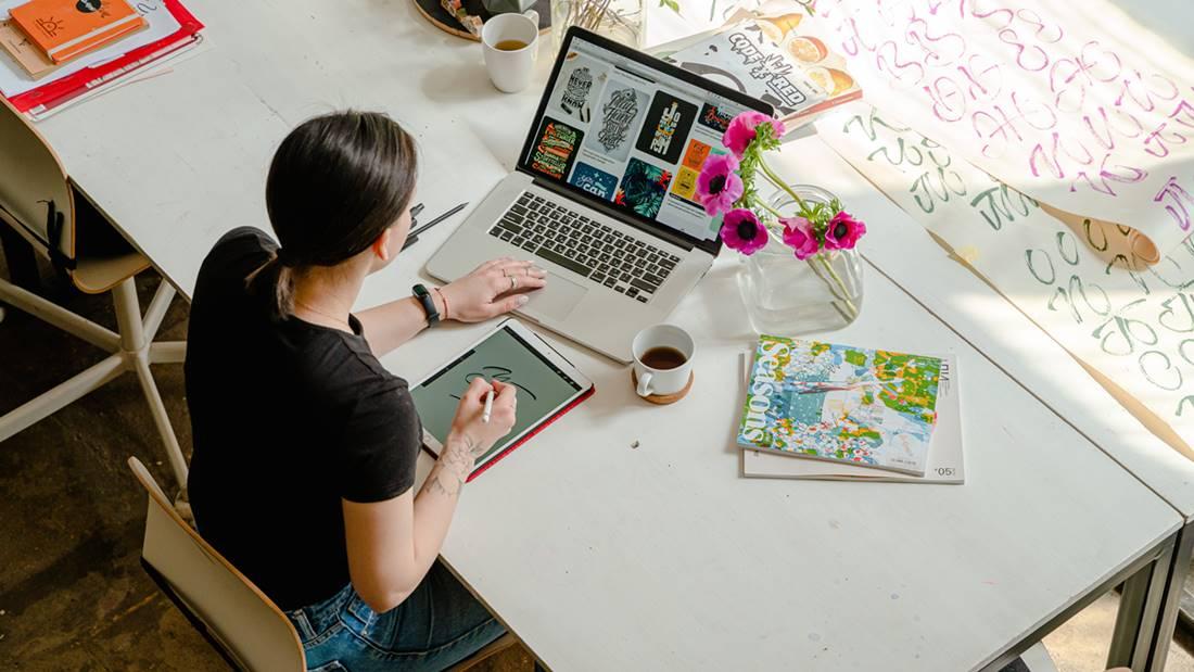 Seorang wanita yang sedang melaksanakan kerja online.
