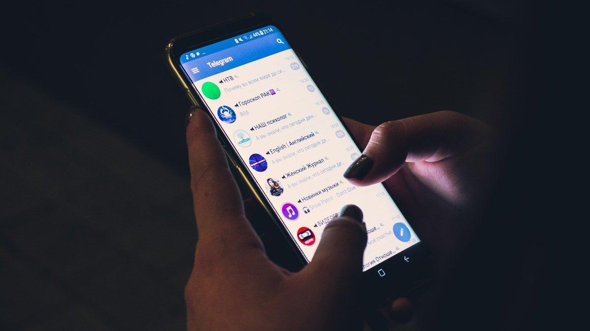 Layar ponsel yang menunjukkan Telegram Group.