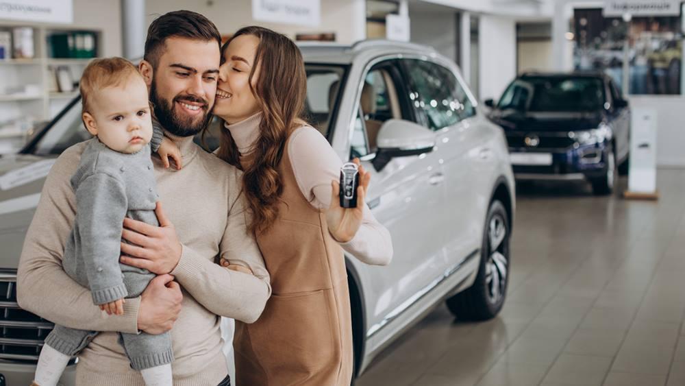 Satu keluarga yang baru saja membeli sebuah mobil.