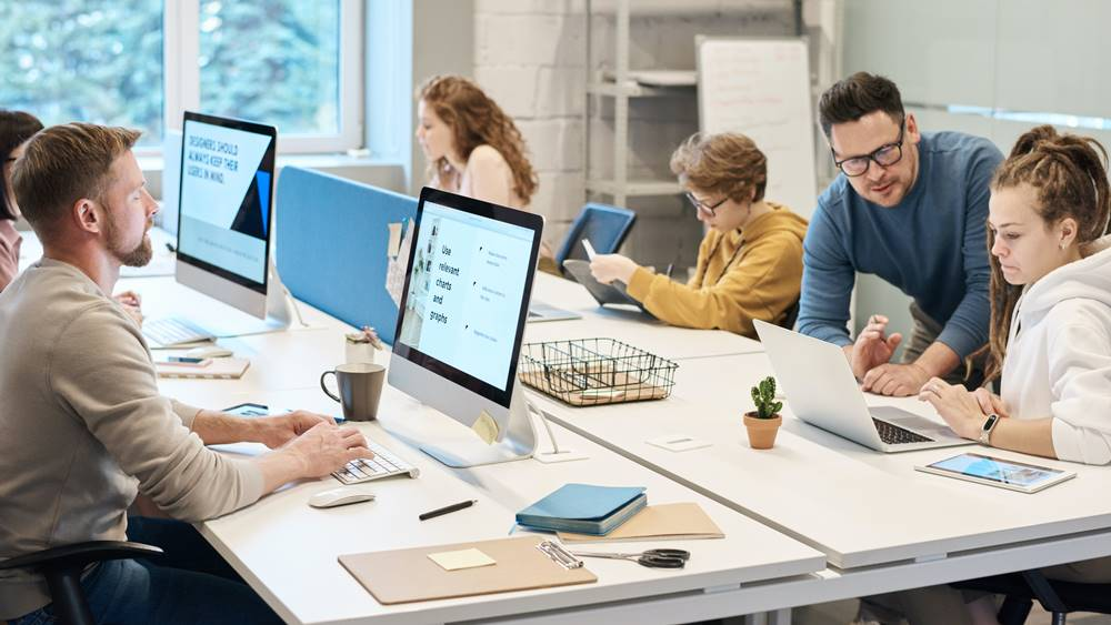 Sekelompok orang yang sedang melakukan kerja kantoran.
