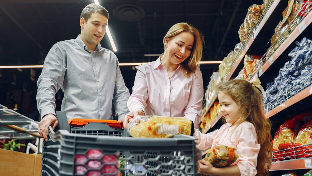 Satu keluarga yang sedang berbelanja di pasar modern.