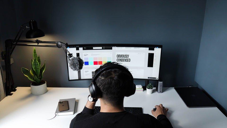 Seorang freelancer yang sedang bekerja di depan komputernya.