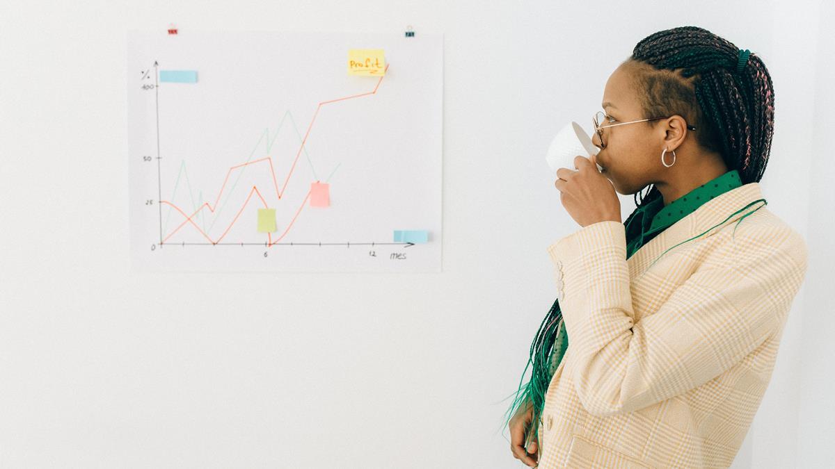Seorang wanita yang sedang menganalisis prospek suatu perusahaan.