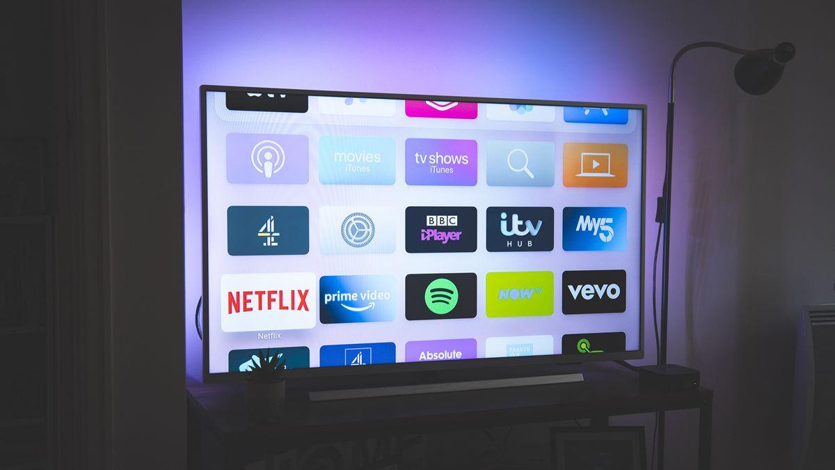 Sebuah tv digital yang sedang menyala.