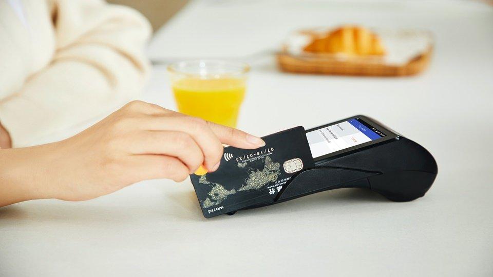 Sebuah kartu kredit yang sedang digunakan.
