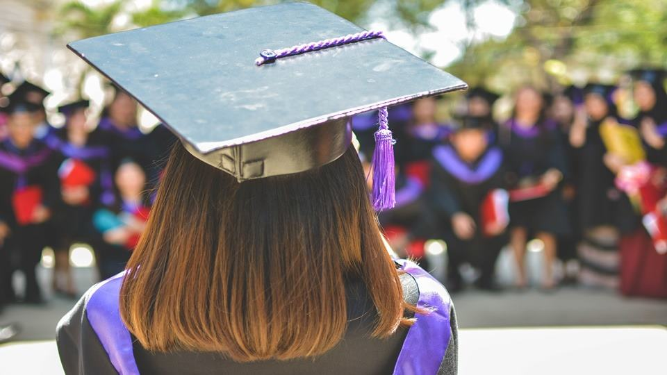 Seorang wanita yang baru saja menjadi fresh graduate.