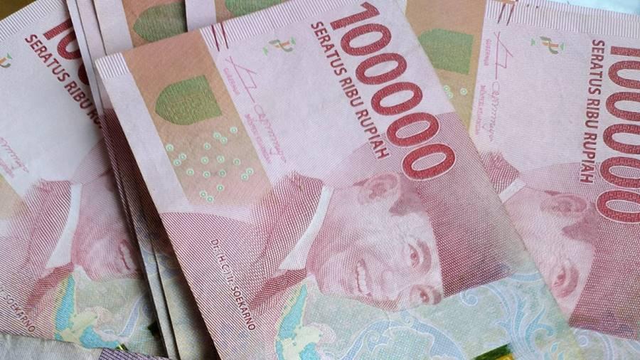 Uang rupiah sebesar seratus ribu.