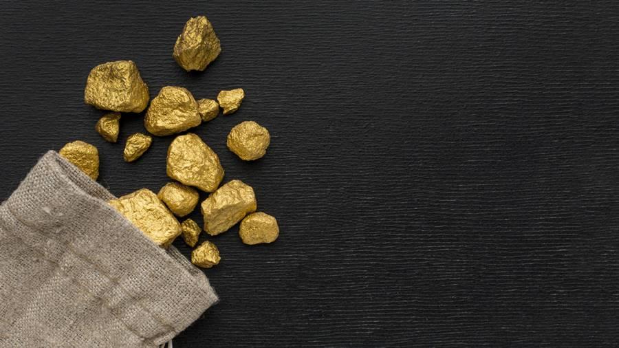 Sebuah kantong yang berisikan potongan-potongan batu emas.